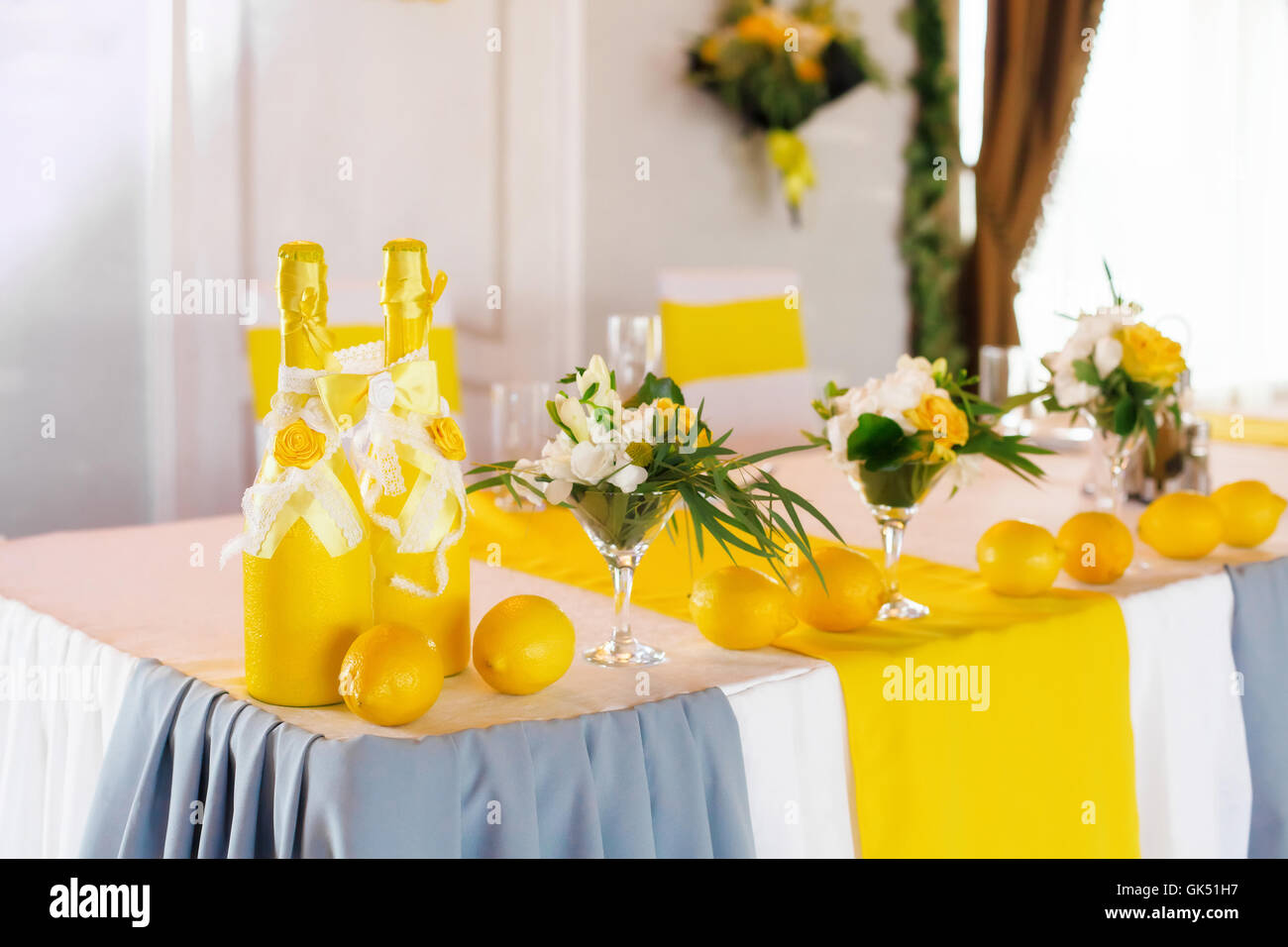 Yellow wedding table decor for bride and groom - Stock Image