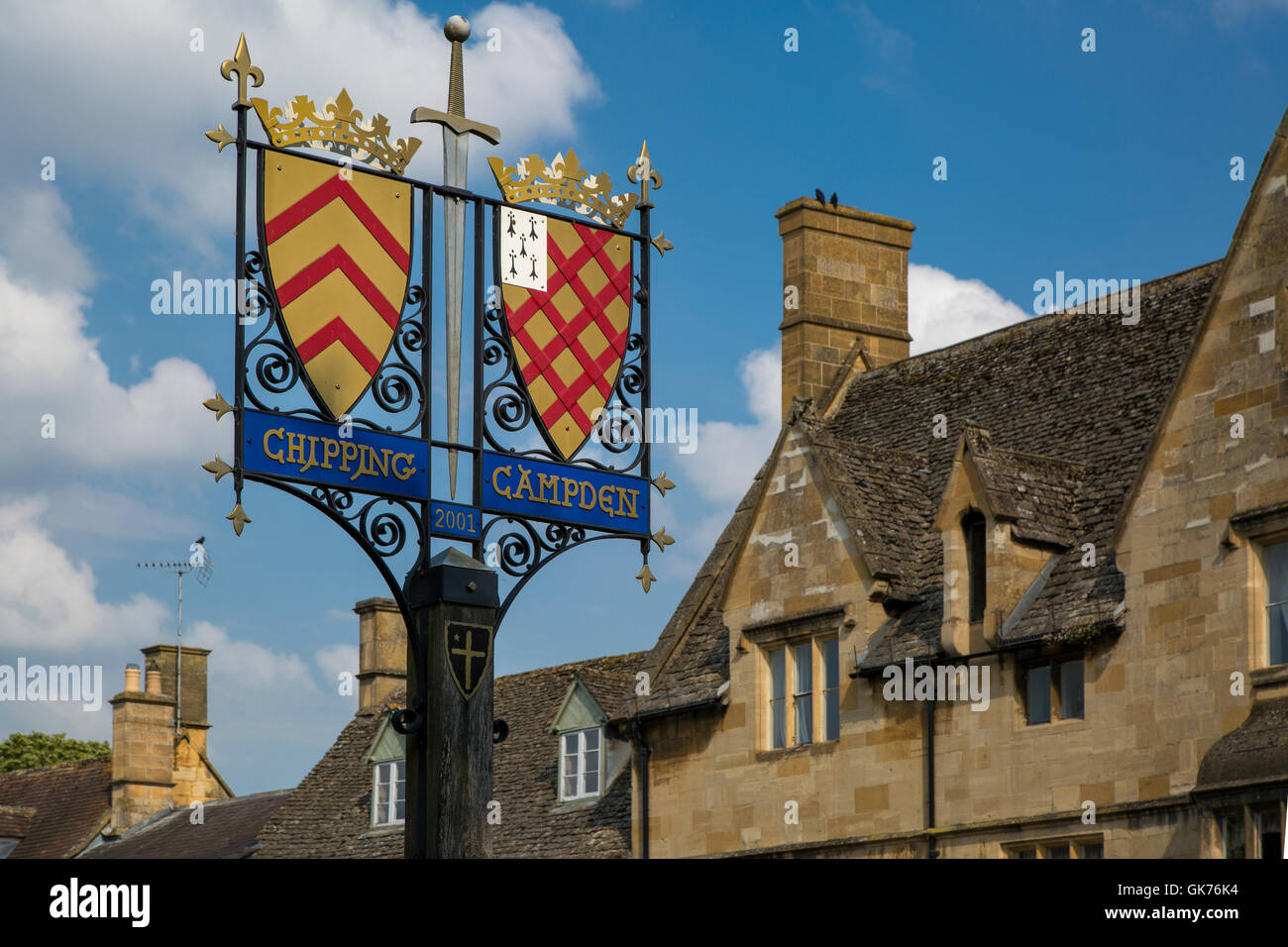 Town Crest sign and buildings of Chipping Campden, the Cotswolds, Gloucestershire, England - Stock Image