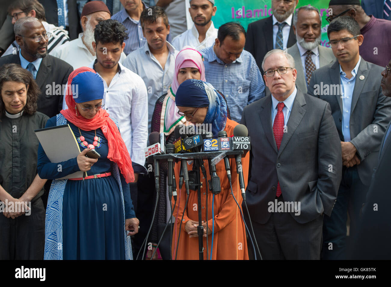 New York, NY, USA. 18th Aug, 2016. AFAF NASHIR, center, of Executive Council on American Islamic Relations bows - Stock Image