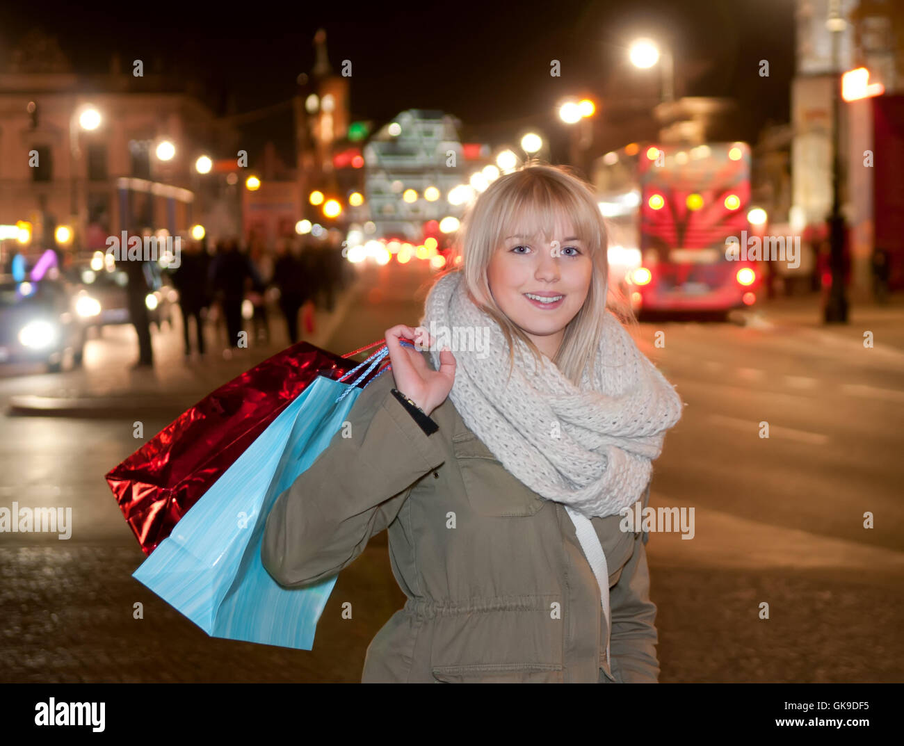 young woman while shopping in the evening grossstadt - Stock Image