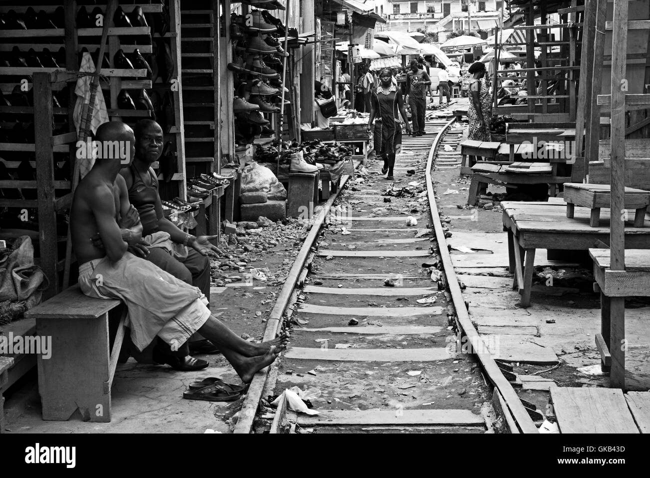 Train tracks pass in the middle of Kejetia market in Kumasi (Ghana) - Stock Image
