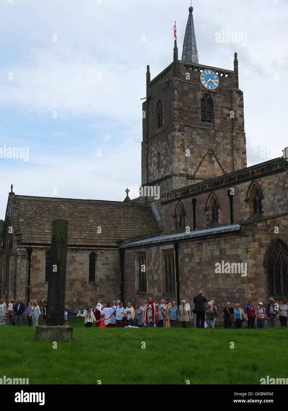 Clypping (or 'Clipping') the Church at Wirksworth, Derbyshire - townsfolk link arms and 'embrace' - Stock Image