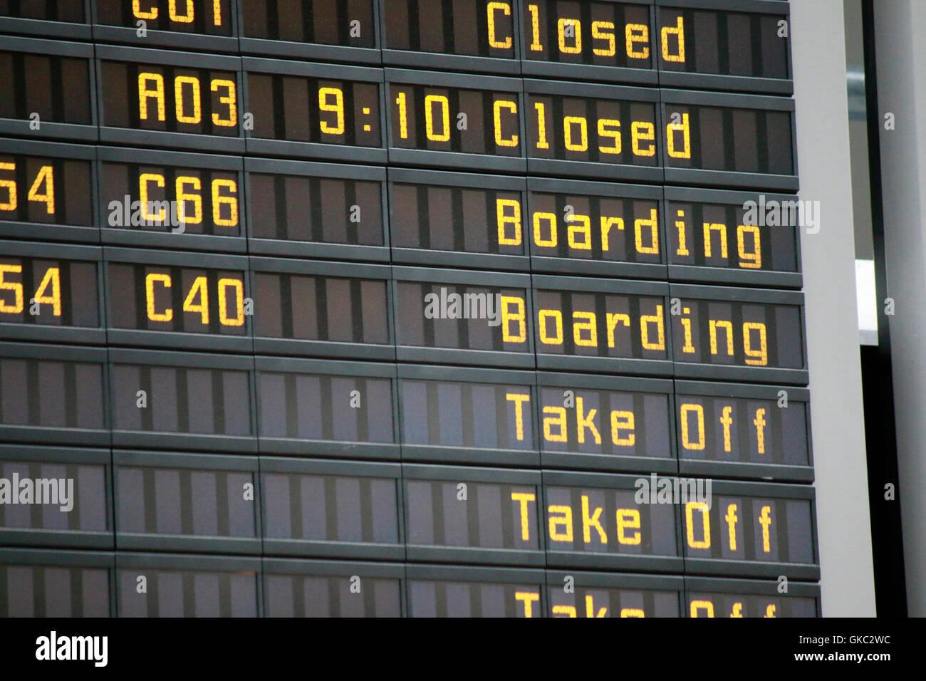 Anzeigetafel am Flughafen. - Stock Image