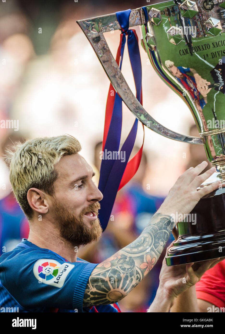 Barcelona, Catalonia, Spain. 20th Aug, 2016. FC Barcelona forward MESSI receives the cup for the last Spanish league - Stock Image