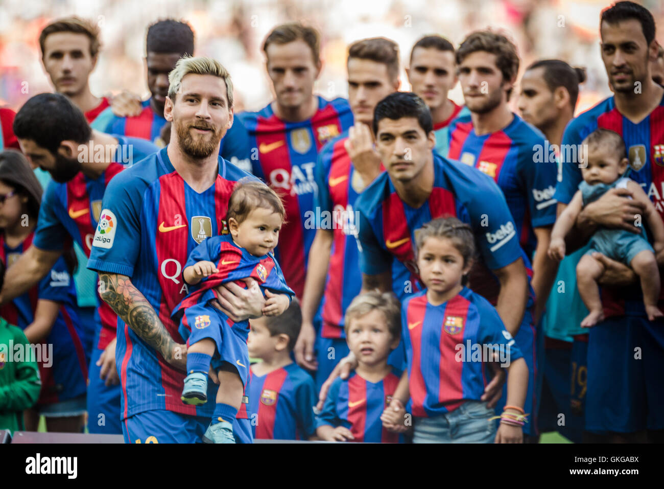 Barcelona, Catalonia, Spain. 20th Aug, 2016. The players of the FC Barcelona and some of their children pose with - Stock Image