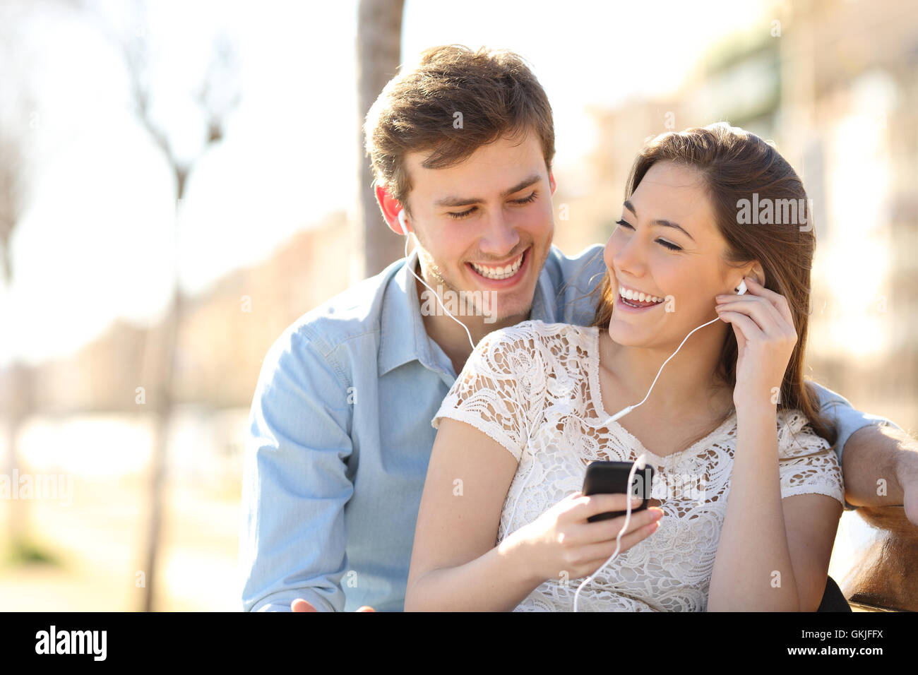 Couple listening to the music from a smart phone - Stock Image