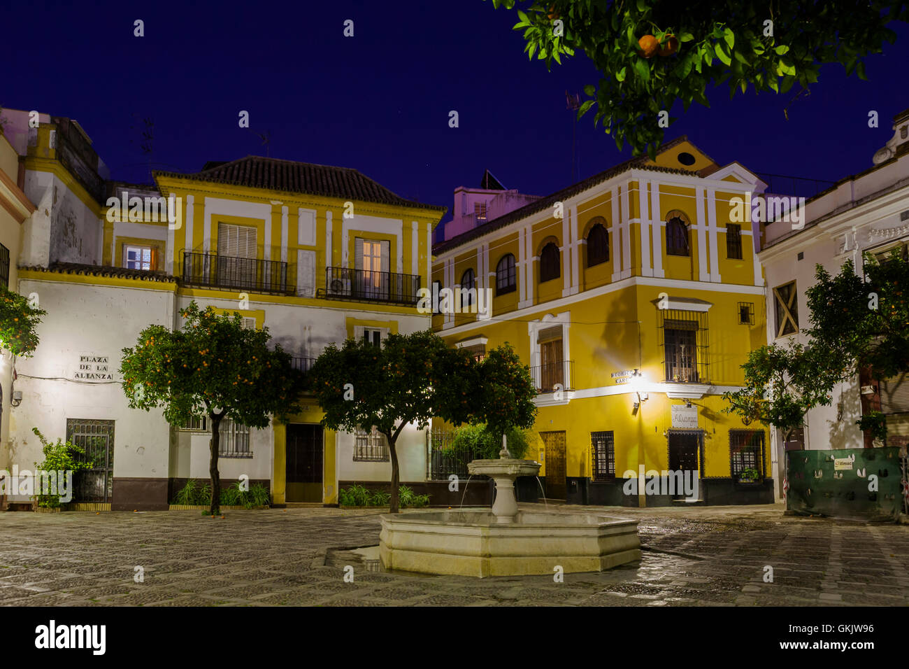 Fountain in the centre of a deserted Plaza de la Alianza, Barrio de Santa Cruz, Sevilla, Andalucía, Spain, - Stock Image