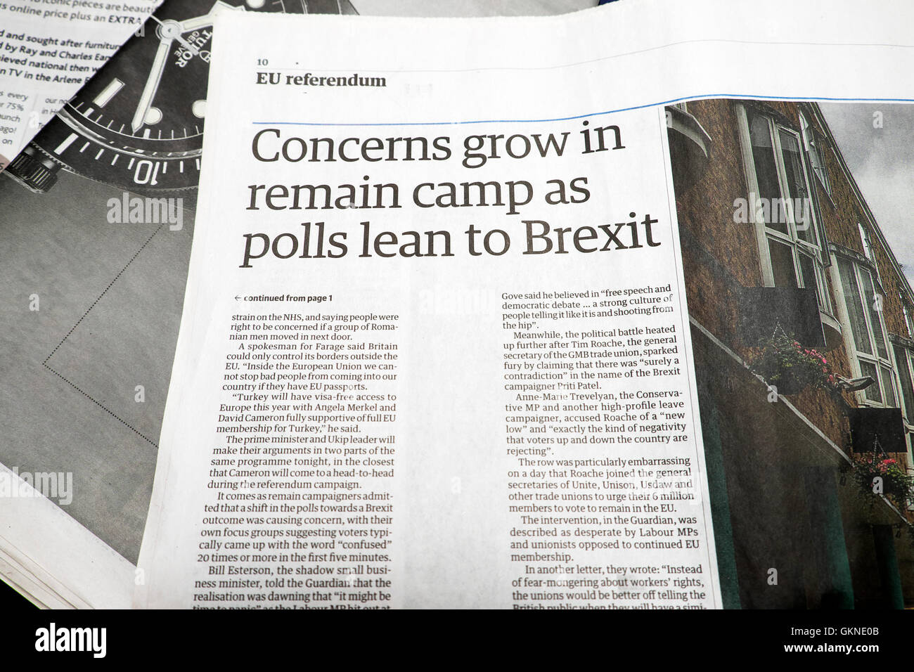 EU Referendum article in Guardian newspaper headline  'Concerns grow in remain camp as polls lean to Brexit' - Stock Image