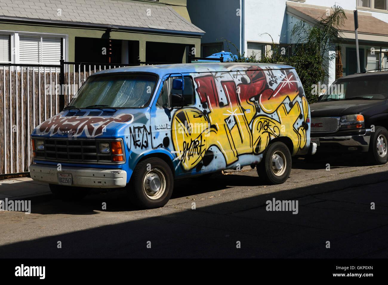 bil, graffiti, väg, hus, vägkant, sol, semester, gammal, klassiker, van, Los Angeles, Venice beach, Californien, - Stock Image