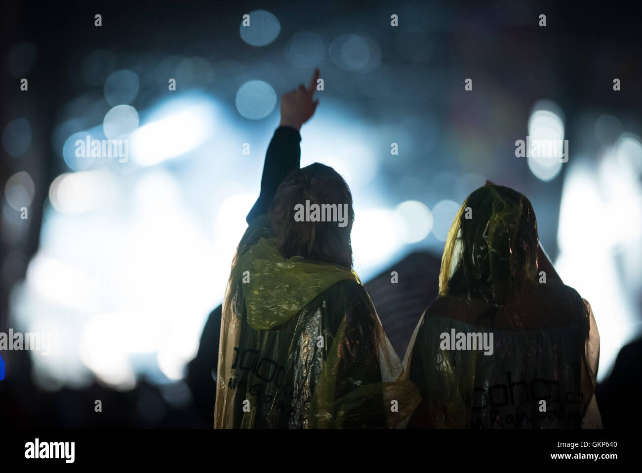 V Festival, Chelmsford, UK. Sunday 21st August 2016. Ponchos and umbrellas come out at the end of the third and - Stock Image