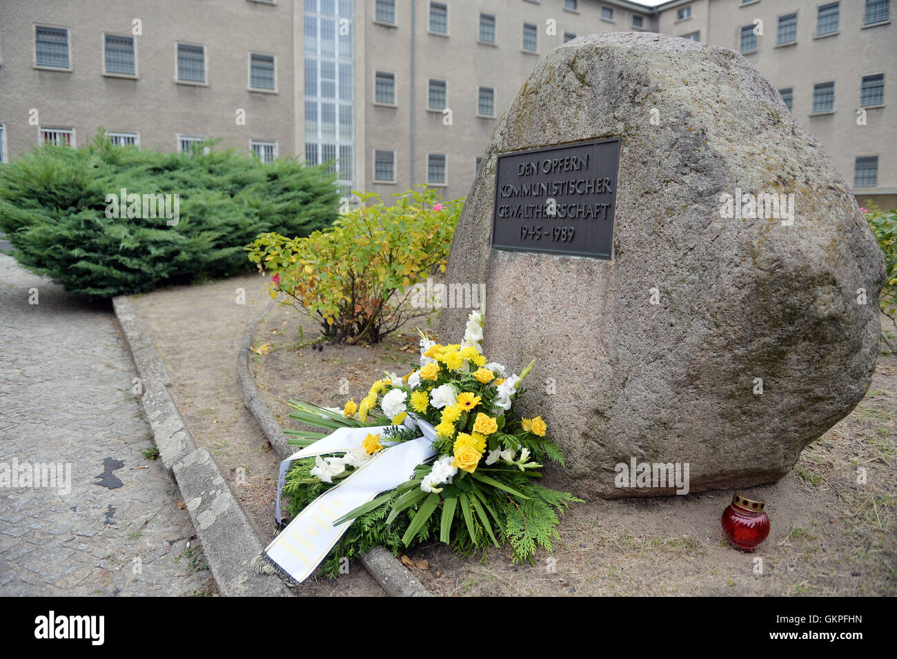 Berlin, Germany. 23rd Aug, 2016. A wreath layed to commemorate the victims of Stalinism and Nazism at the Stasi - Stock Image