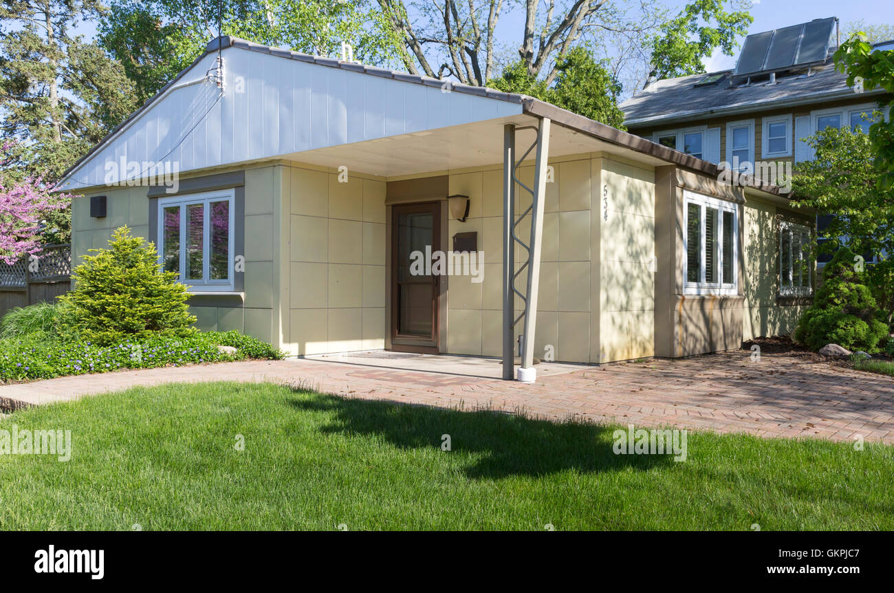 Historic 'Maize Yellow' Lustron Home in Madison, Wisconsin - Stock Image
