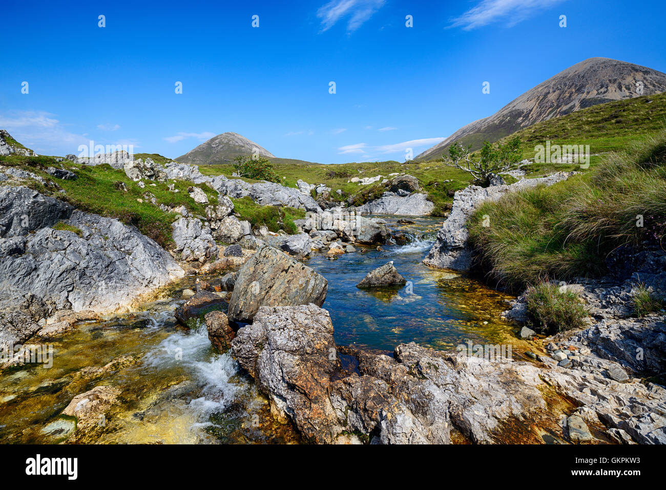 The Allt Aisridh tumbles over rocks and cascades on its way in to Loch Saplin at Torrin on the Isle of Skye in Scotland - Stock Image