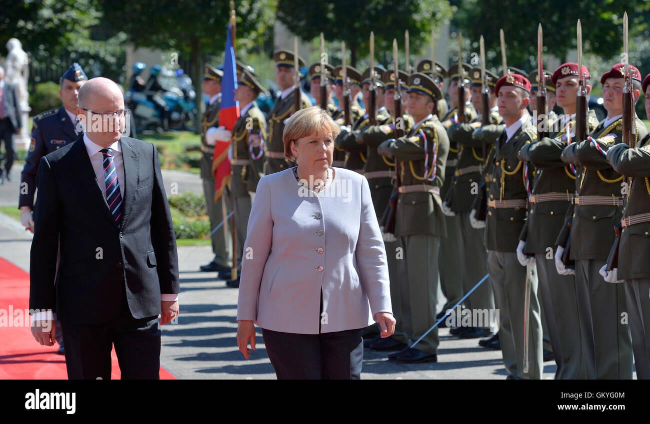 Prague, Czech Republic. 25th Aug, 2016. German Chancellor Angela Merkel (centre) arrived in Prague to discuss the - Stock Image