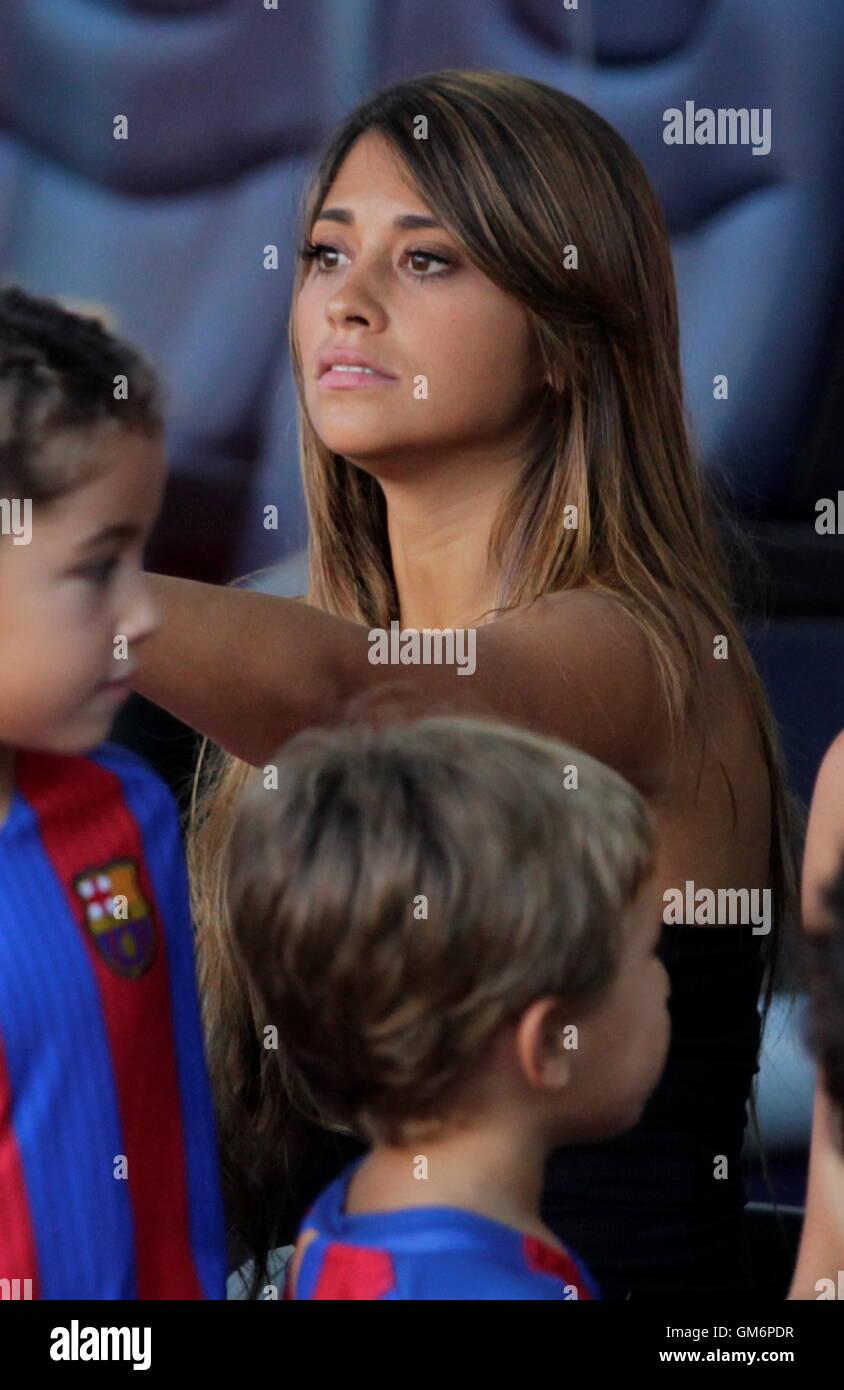 08/20/2016. Camp Nou, Barcelona, Spain. Antonella Roccuzzo Lionel Messi companion at Camp Nou Stock Photo