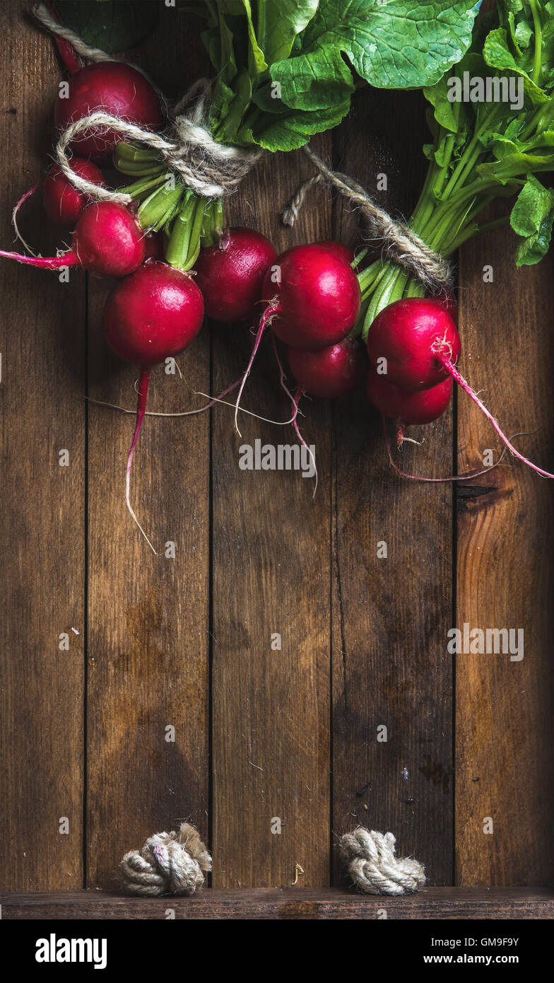 Fresh radish banches on wooden tray background, copy space - Stock Image