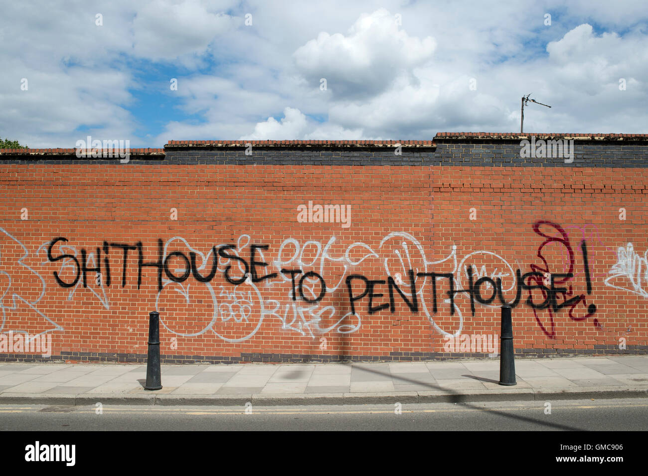 Hackney. Graffiti mocking new arrivals to the area. It says 'Shithouse to penthouse'. - Stock Image