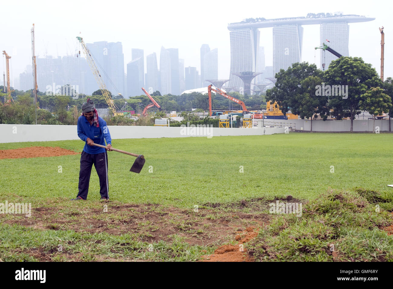 Singapore. 26th Aug, 2016. A gardener works in Singapore's Marina Bay area, on Aug. 26, 2016. The three-hour - Stock Image