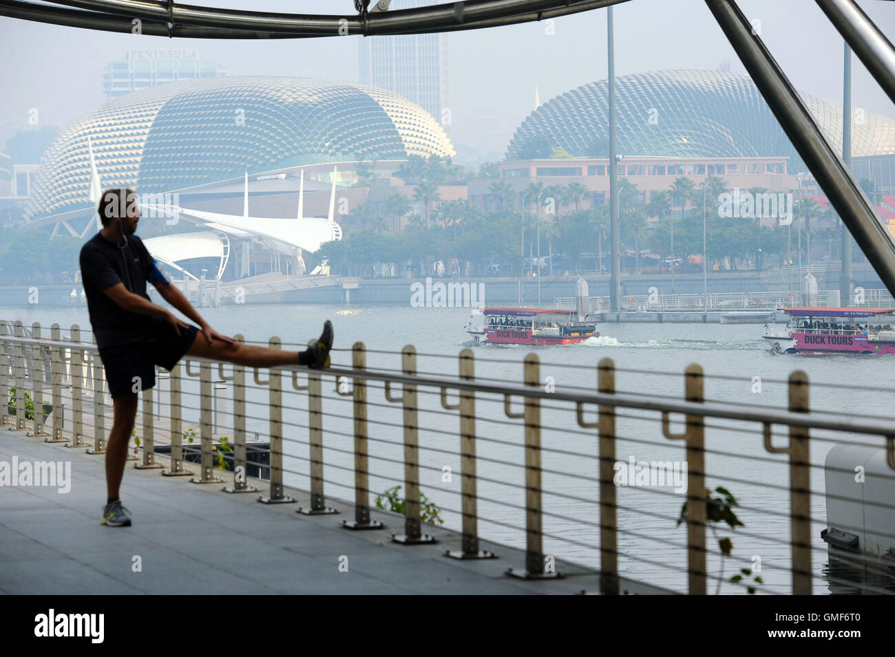 Singapore. 26th Aug, 2016. A man does exercise in Singapore's Marina Bay area, on Aug. 26, 2016. The three-hour - Stock Image