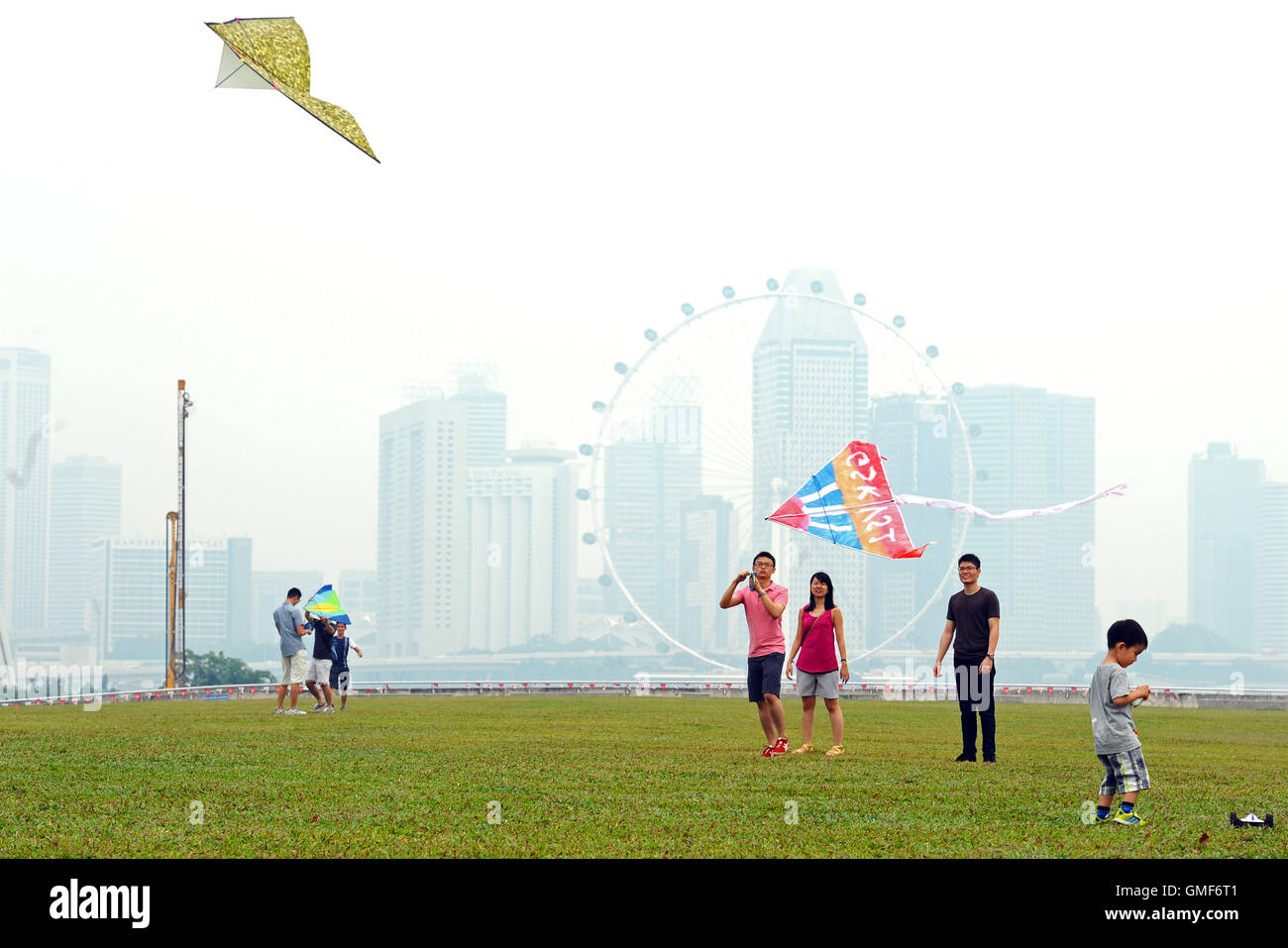 Singapore. 26th Aug, 2016. People fly kites in Singapore's Marina Bay area, on Aug. 26, 2016. The three-hour - Stock Image