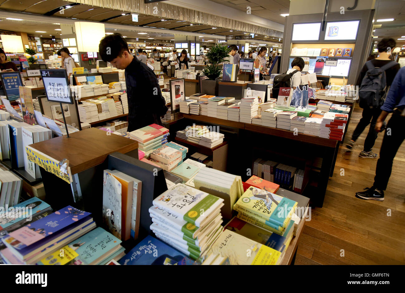 Seoul, South Korea  20th Aug, 2016  People read books in