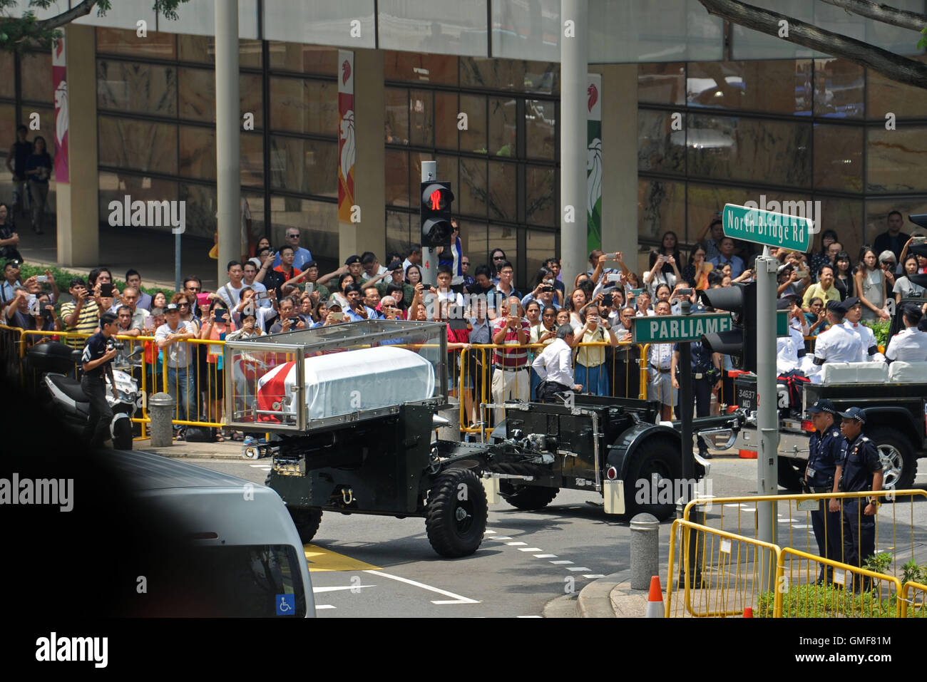 Singapore. 26th Aug, 2016. Singaporeans gather along the street as the coffin of Singapore's former President - Stock Image
