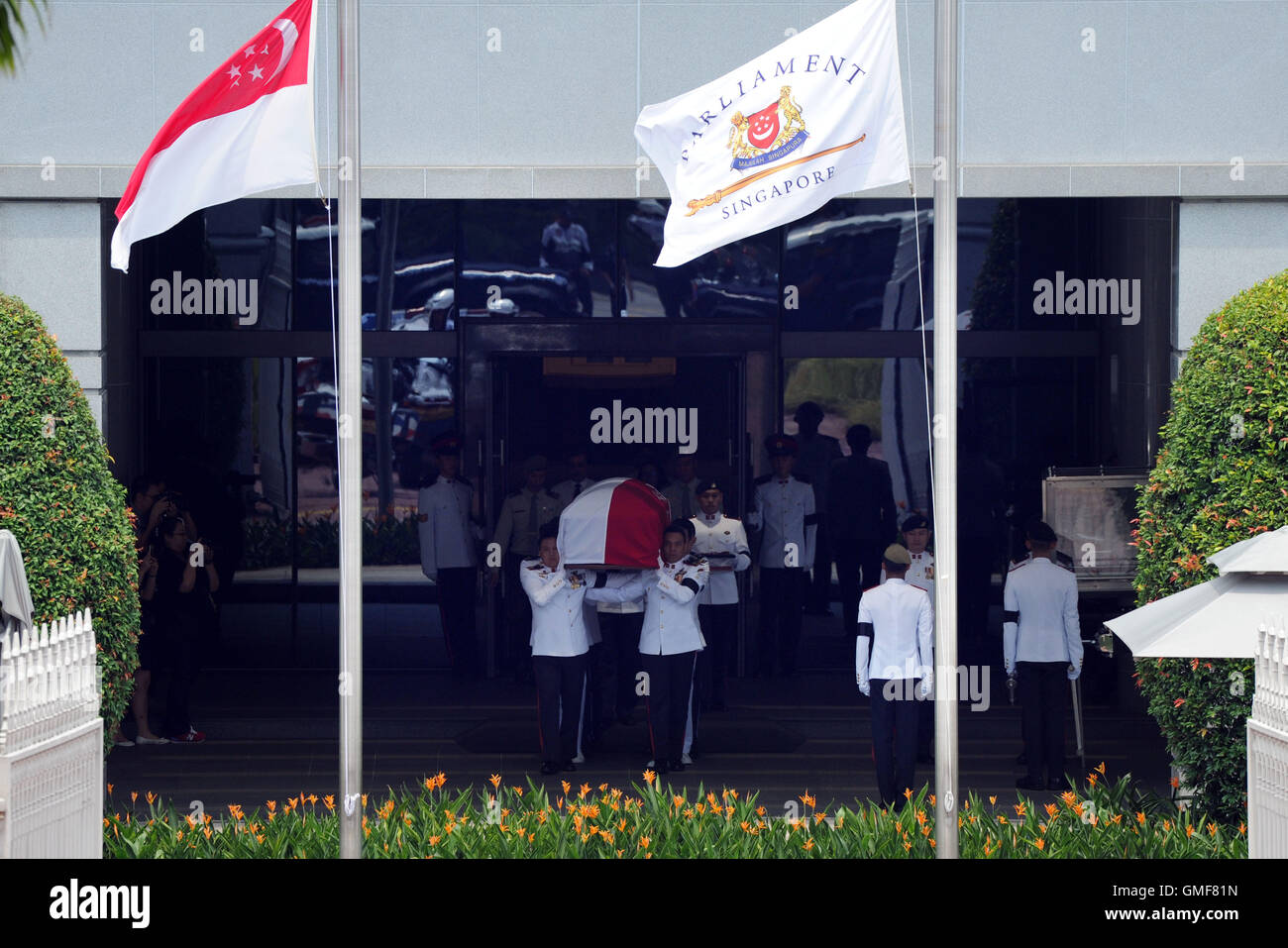 Singapore. 26th Aug, 2016. The coffin of Singapore's former President S R Nathan leaves for the University Cultural - Stock Image