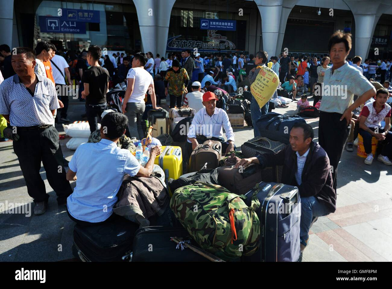 Lanzhou, China's Gansu Province. 26th Aug, 2016. Passengers are seen on a plaza of Lanzhou Railway Station in - Stock Image
