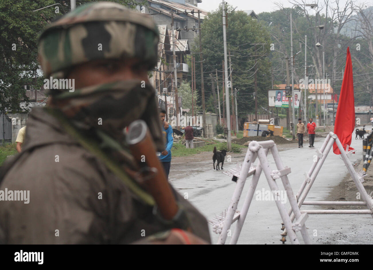 Srinagar, Indian Administered Kashmir:27.August. An Indian army soldier stands guard at Sonwar out side of Cantonment - Stock Image
