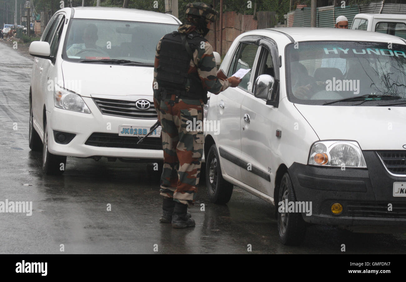 Srinagar, Indian Administered Kashmir:27.August. An Indian army soldie srops kashmiri vehicles for checking at Sonwar - Stock Image