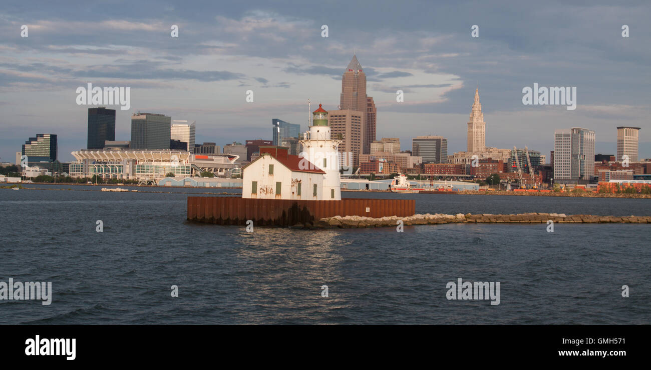 Cleveland. Ohio skyline with lighthouse and Lake Erie in foreground - Stock Image
