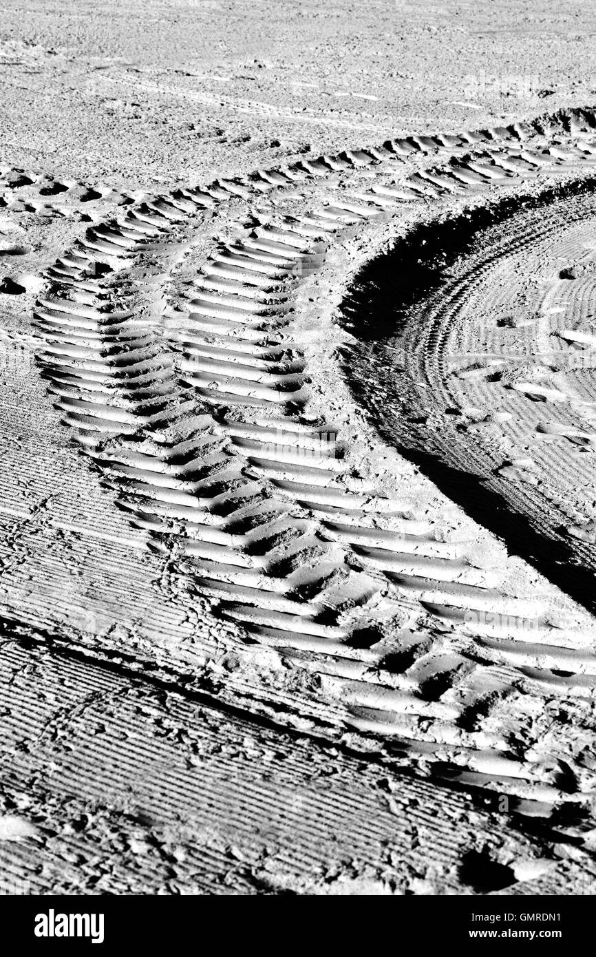 Tire tracks on the beach, black and white - Stock Image