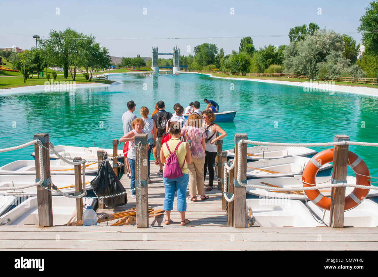 Group of people at the jetty. Parque Europa, Torrejon de Ardoz, Madrid province, Spain. - Stock Image