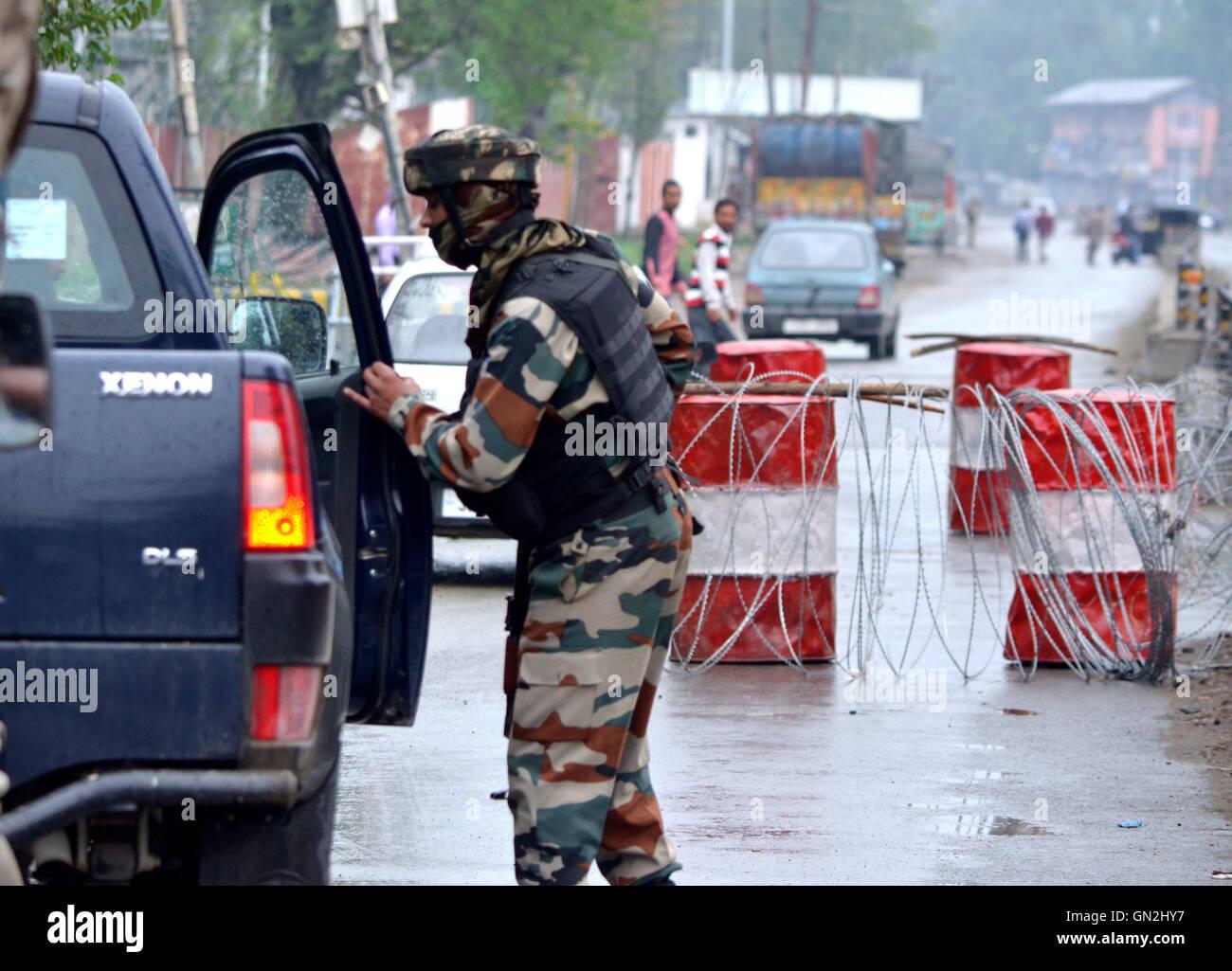 Srinaga, Kashmir. 27th Aug, 2016. An Indian army man cheks the vehicle in Srinagar the summer capital of Indian - Stock Image