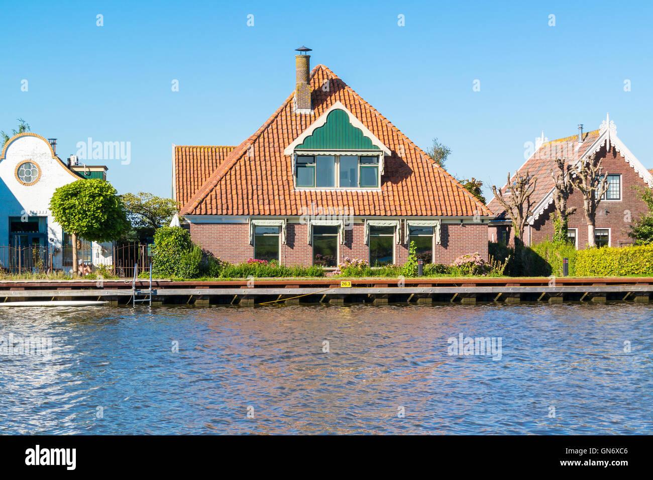 Waterfront houses alongside Noordhollandsch Kanaal in Oost-Graftdijk, Alkmaar, North-Holland, Netherlands Stock Photo