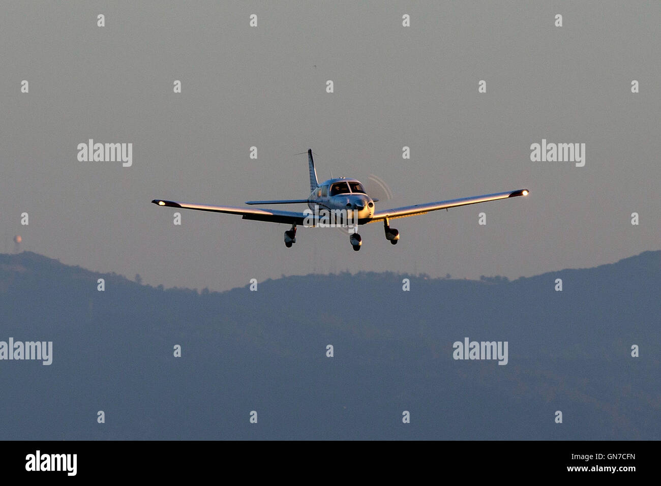 Piper PA-28-181 Cherokee (N651KC) lands at Palo Alto Airport (KPAO), Palo Alto, California, United States of America - Stock Image