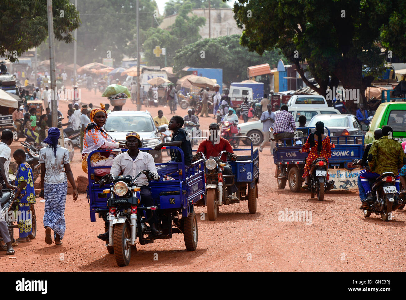 BURKINA FASO, Bobo Dioulasso, Transport, chinese tricycle Apsonic / BURKINA FASO, Bobo Dioulasso, Transport, chinesisches - Stock Image