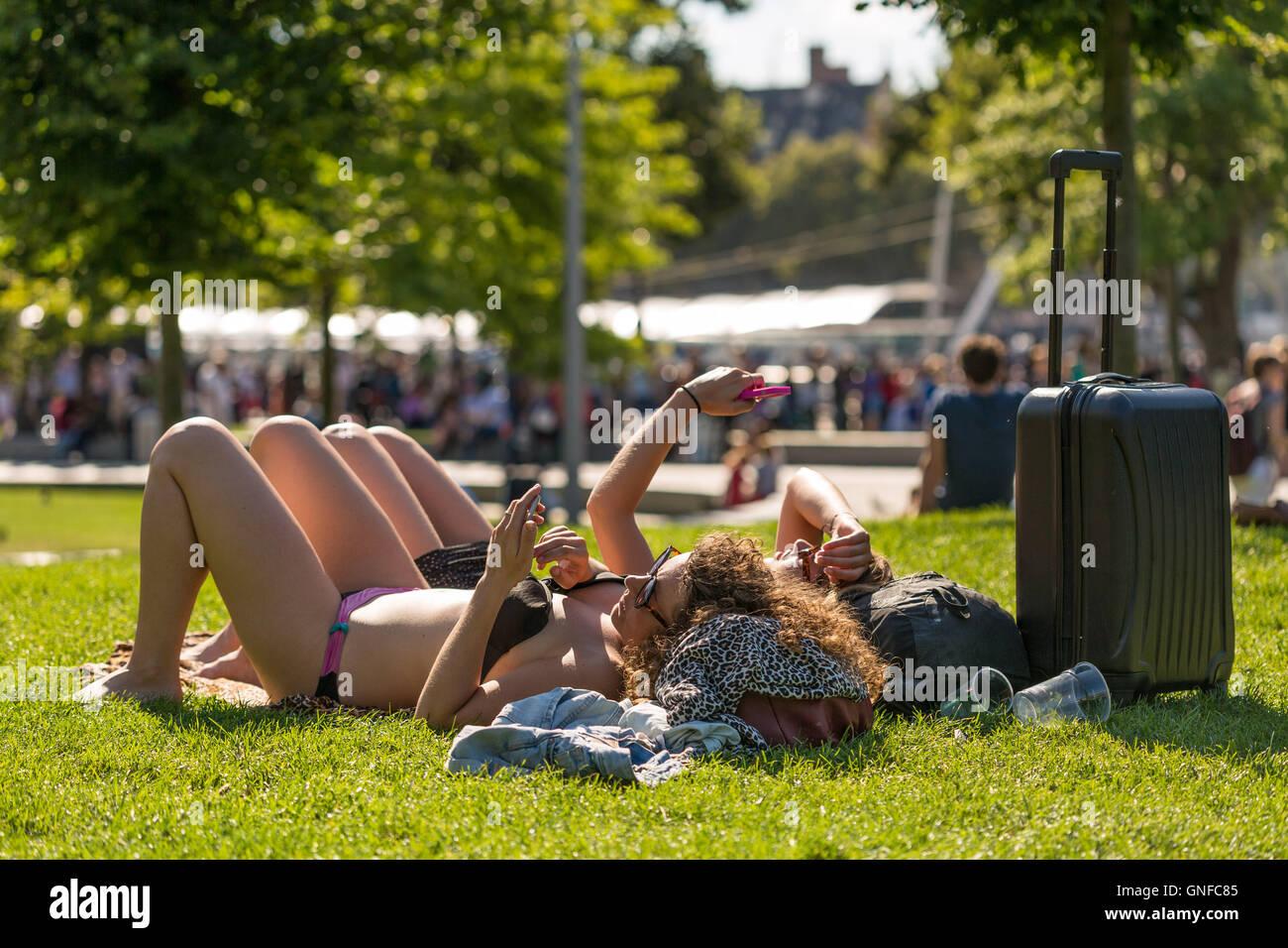 London, UK. 30th August, 2016. UK Weather: Londoners enjoy the city heatwave in Jubilee Gardens Credit:  Guy Corbishley/Alamy - Stock Image