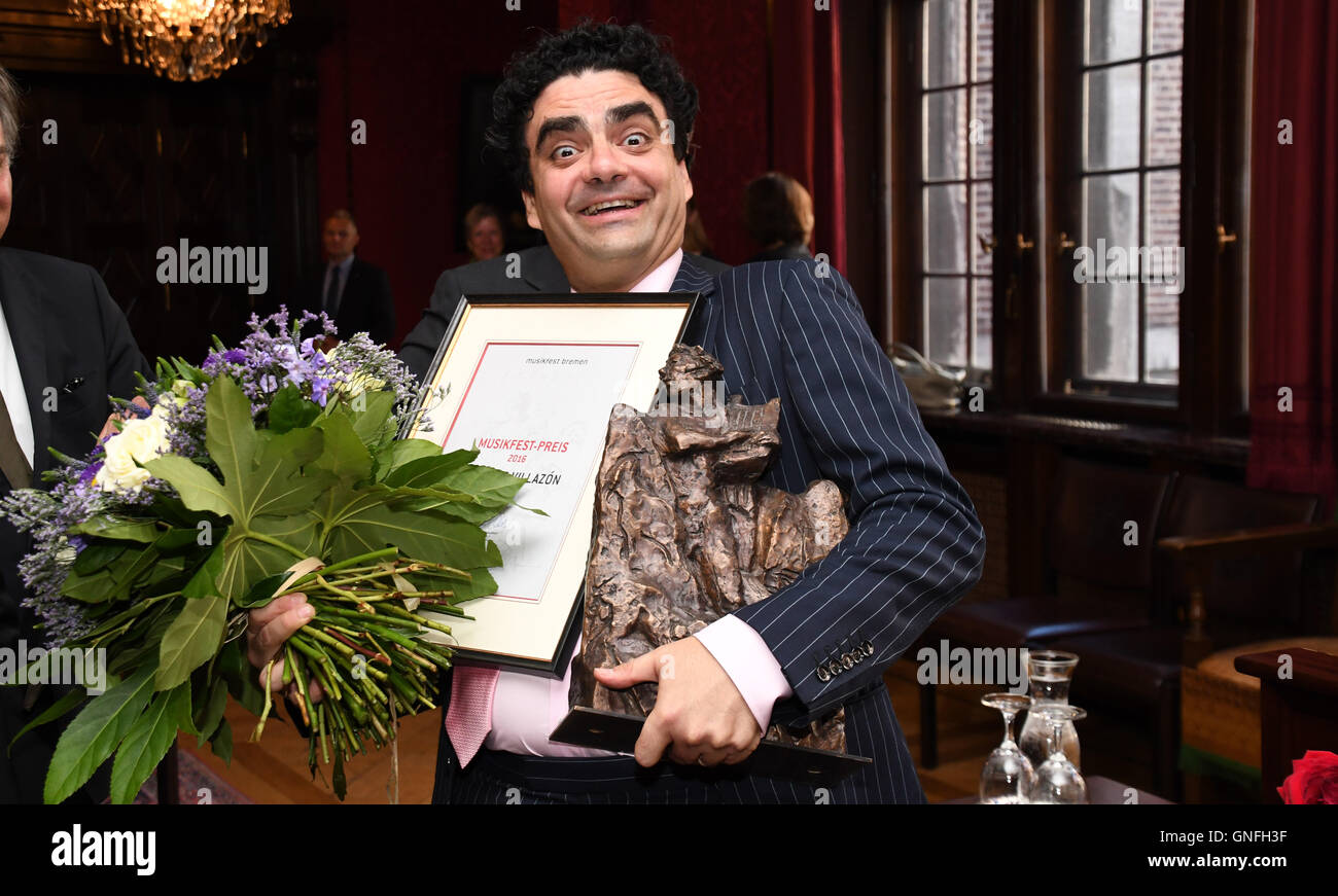 Bremen, Germany. 31st Aug, 2016. Star tenor Rolando Villazon with flowers, a certificate, and his award after being - Stock Image