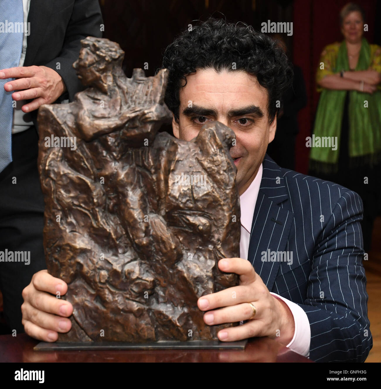 Bremen, Germany. 31st Aug, 2016. Star tenor Rolando Villazon with his award after being presented with the prize - Stock Image
