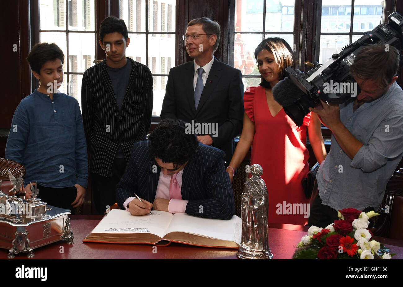 Bremen, Germany. 31st Aug, 2016. Star tenor Rolando Villazon signs the city's golden book in Bremen, Germany, - Stock Image