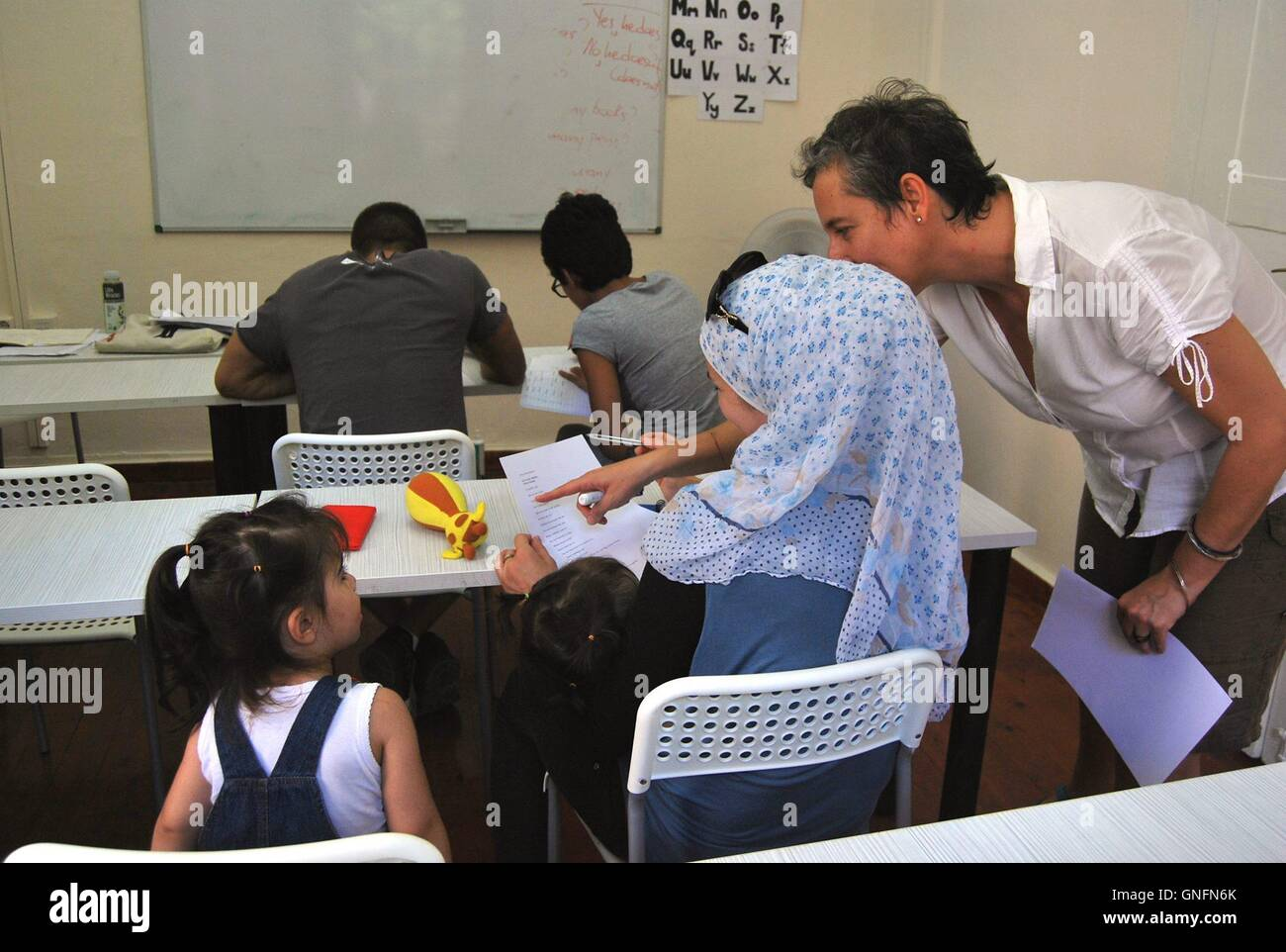 (160901) -- MYTILENE, Sept. 1, 2016 (Xinhua) -- An English teacher from the United States teaches refugees and immigrants - Stock Image