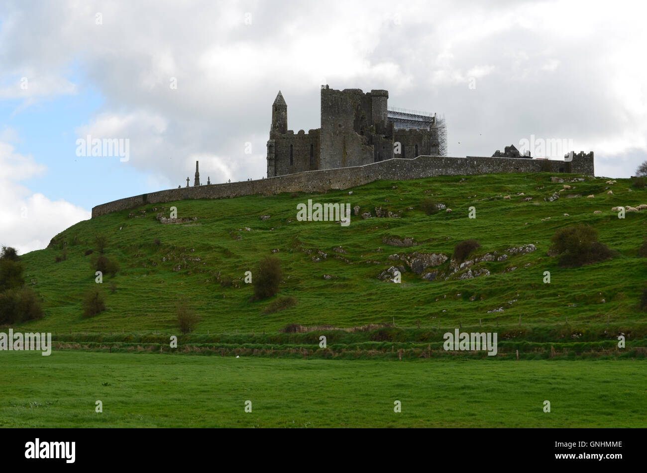 Lush green fields in front of the Rock of Cashel. - Stock Image