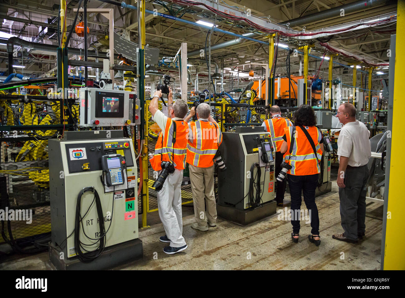Sterling Heights, Michigan - Photojournalists take picutres of robots while on a media tour of FCA's Sterling - Stock Image