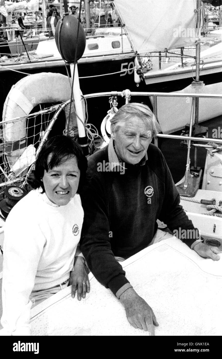 AJAXNETPHOTO. 1ST JUNE, 1984. PLYMOUTH, ENGLAND. - OSTAR 1984 - 64 YEAR OLD SOLO YACHTSMAN BOB MENZIES (RIGHT) WITH - Stock Image