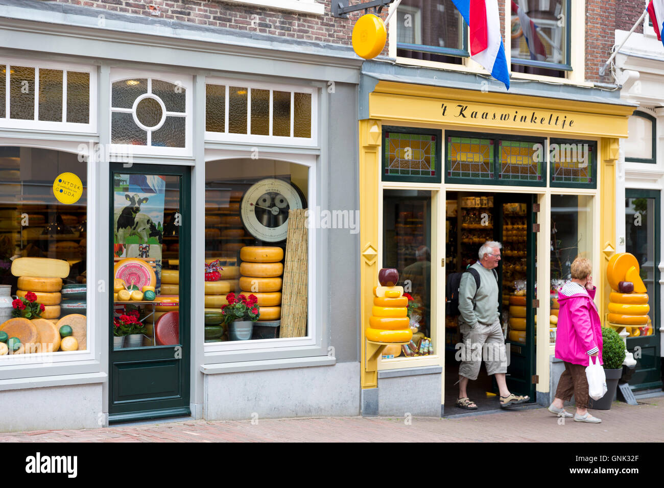 Shoppers and shop front frontage of cheese shop 't Kaaswinkeltje in Lange Tiendeweg Gouda, Holland - Stock Image