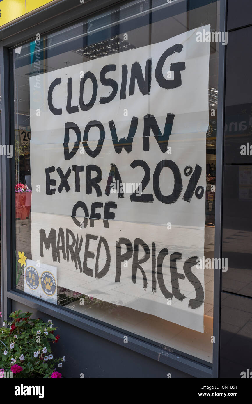 Shop Closing Down sign - metaphor recession, economic slow-down, falling sales, competition, retail and high street - Stock Image