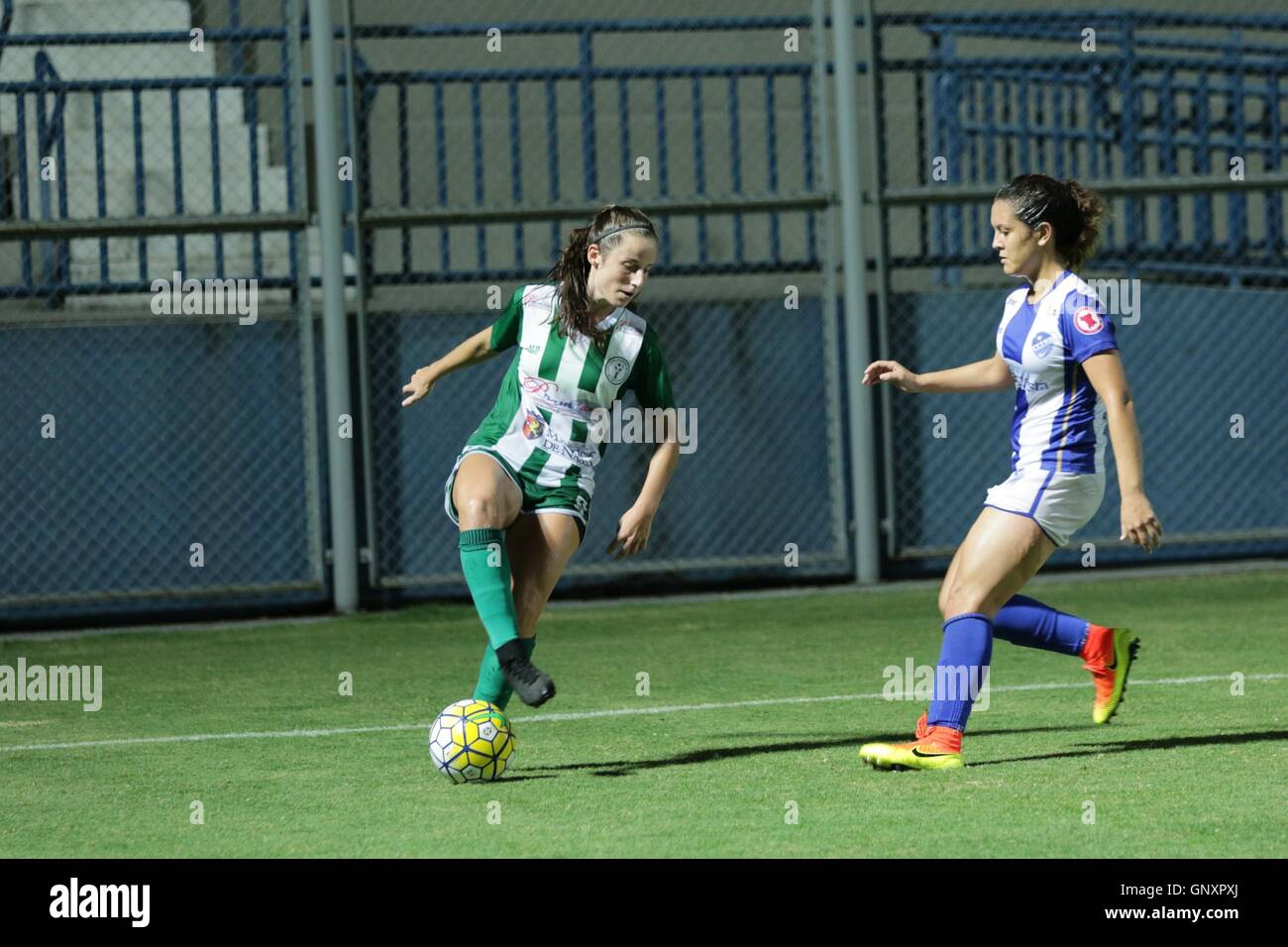 MANAUS, AM - 31.08.2016: IRANDUBA AM X SÃO RAIMUNDO RR - Laura dispute the ball with player of São Raimundo - Stock Image