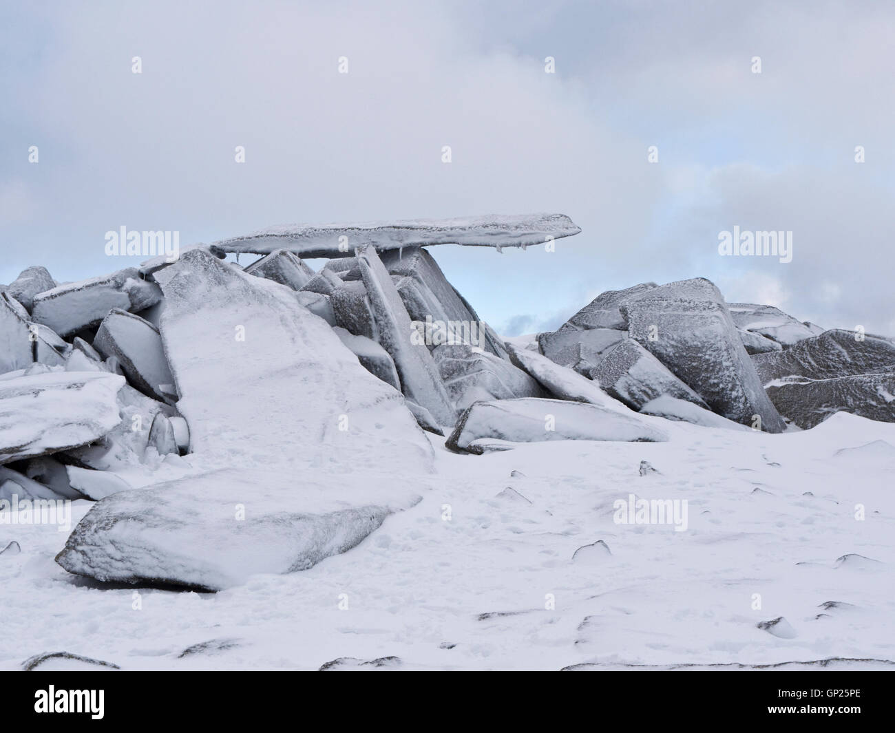 The Cantilever, a famous geographical feature on the summit of Glyder Fach in Snowdonia National Park, under a covering - Stock Image
