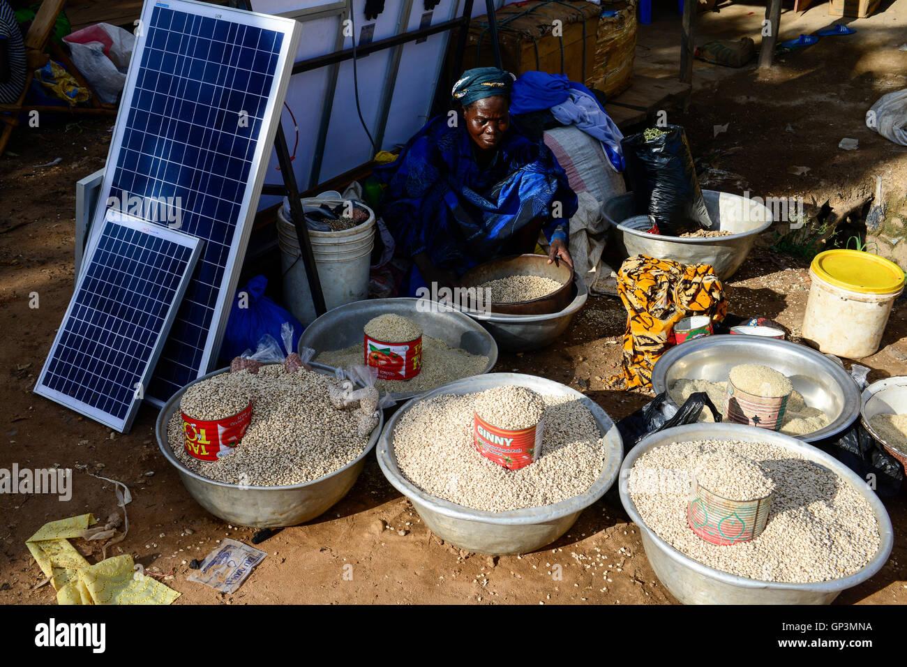 BURKINA FASO, Provinz Poni, Gaoua, weekly market with food crops and solar panels / Gaoua, Markt, Verkauf Bohnen, - Stock Image